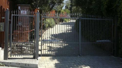 kovana-vchodova-brana-na-automaticke-otvirani-kovana-vchodova-branka