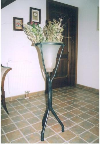 kovany-drzak-na-dekoraci-na-suche-kvetiny-do-domu