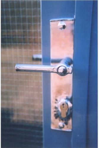 industrialni-klika-na-zelezne-dvere-vrata