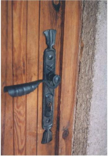 kovana-klika-na-drevene-dvere