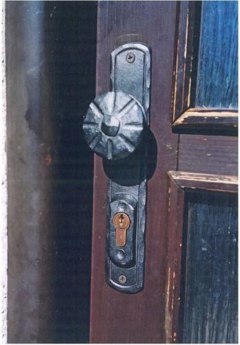 kovana-klika-na-vchodove-dvere-brno