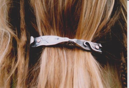 kovana-spona-do-vlasu-clovicek
