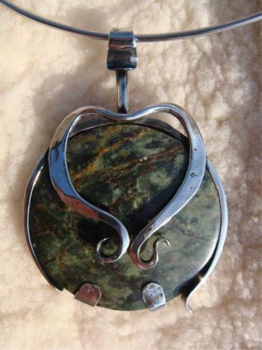 kovany-nahrdelnik-kamen-srdce