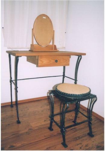 stolek-do-loznice-kovarstvi-bednarikovi