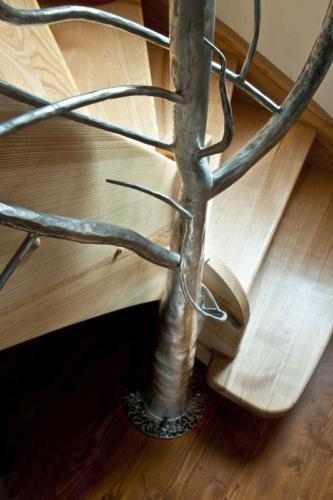 krasne-nerezove-zabradli-ve-tvaru-stromu-ke-schodisti