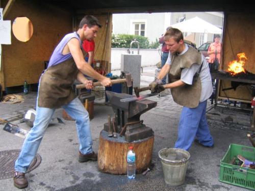 vyroba-dila-vzduch-demonstrovane-prace-ybbsitz-ferraculum-2004-bednarikovi