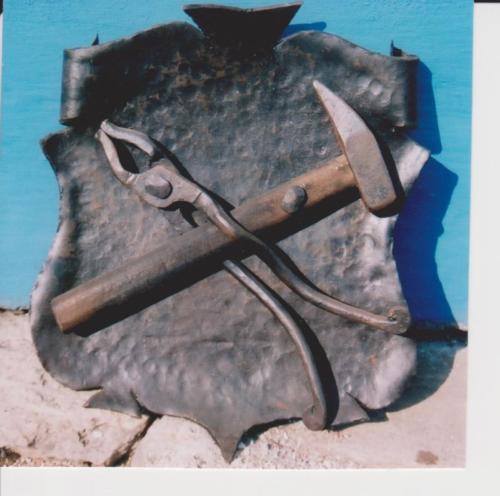 predani-dila-kovany-stit-na-kovarnu-tesany-2000-bednarikovi