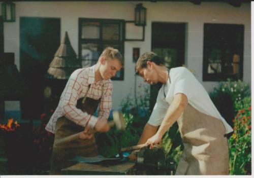 vyroba-dila-kovany-stit-na-kovarnu-tesany-2000-bednarikovi