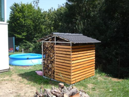 kovovy-pristresek-na-drevo