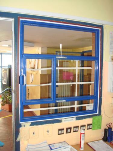 okenní-kovova-mriz-na-recepci