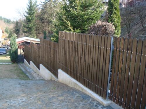 kovovy-plot-s-drevenou-vyplni