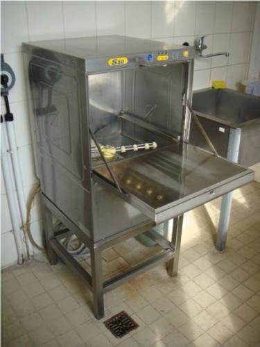 nerezovy-stojan-do-kuchyne
