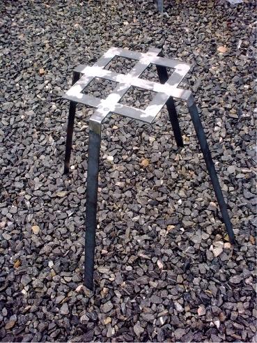 zelezny-stolek-