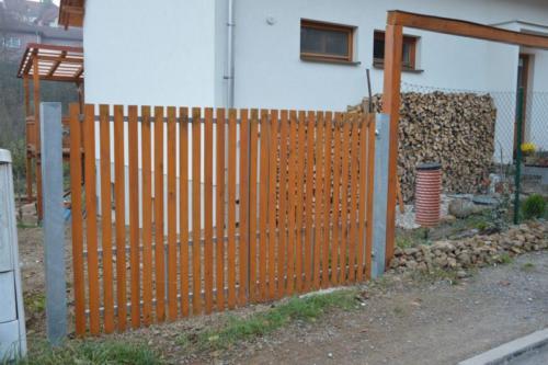 dvoukrida-brana-k-rodinemu-domu-vypln-drevene-latky-bilovice-nad-svitavou