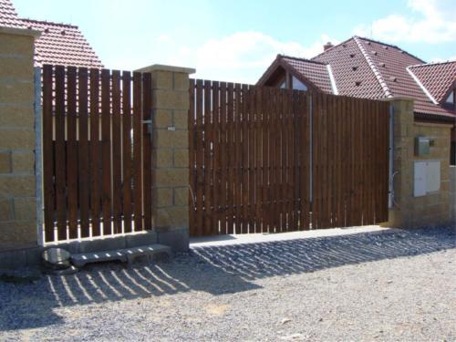 vyroba-dvoukridle-brany-s-drevenou-vyplni-na-dalkove-ovladani