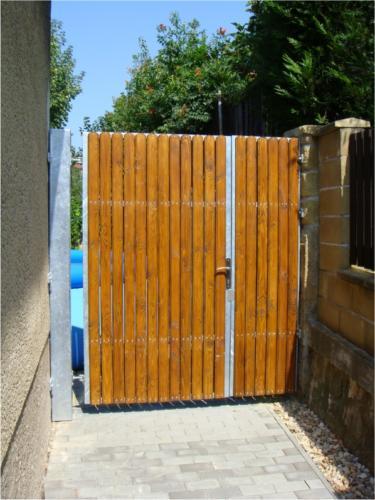 vyroba-kovovych-dveri-s-drevenou-vyplni