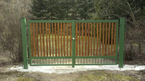 zahradni-dvoukridla-brana-s-drevenou-vyplni-na-zakazku
