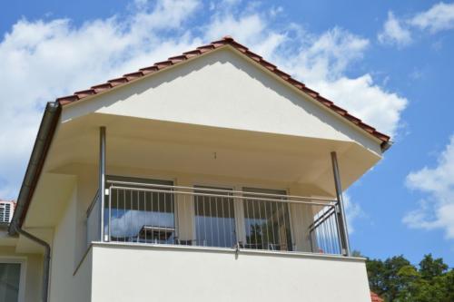 moderni-designove-nerezove-zabradli-na-balkon