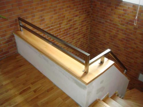 nerezove-jeklove-zabradli-ke-schodisti-moderniho-designu