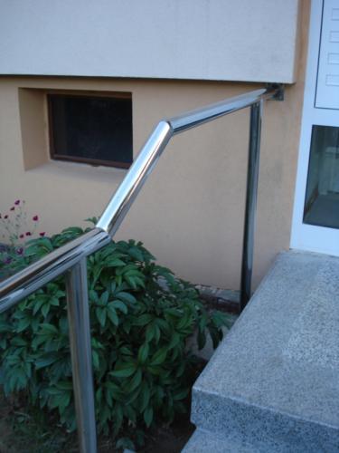 nerezove-zabradli-ke-schodisti-paneloveho-domu-na-zakazku