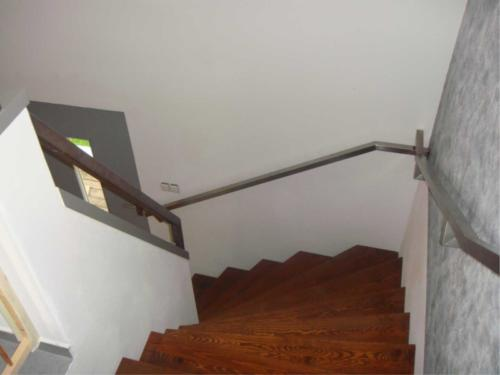 nerezove-zabradli-ke-schodisti-rodineho-domu-na-miru-do-interieru