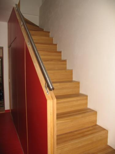 originalni-nerezove-zabradli-k-drevenemu-schodisti-na-zakazku-brno-zamecnictvi