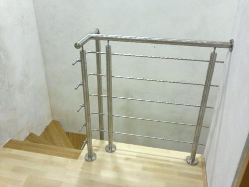 rohove-zabradli-z-horizontalni-vyplni-nad-schody