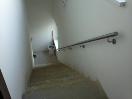 vyroba-nerezoveho-trubkoveho-zabradli-ke-schodisti