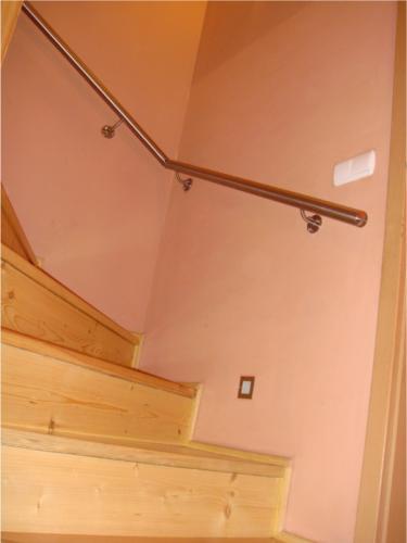 vyroba-nerezoveho-zabradli-ke-drevenemu-schodisti