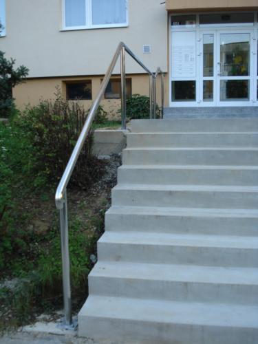 vyroba-nerezoveho-zabradli-ke-schodisti-paneloveho-domu-na-zakazku
