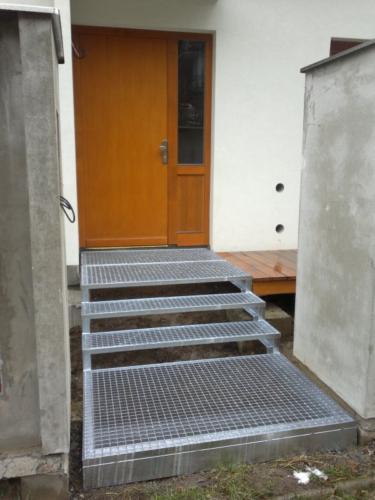 schody-k-domu-z-pororostu-pozinkovane
