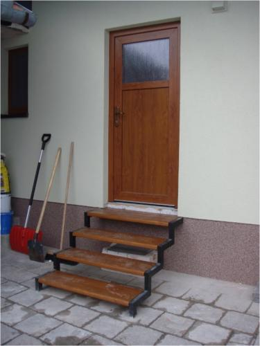zelezne-schody-s-drevenymi-schodnicemi-vyroba