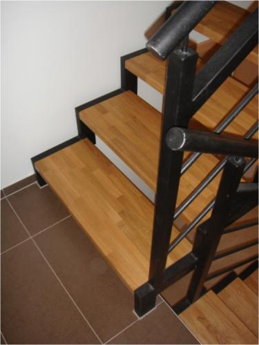 zelezne-zabradli-a-schody-s-drevenymi-naslapy-vyroba-brno